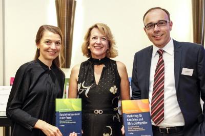 Anna Pietras und Andreas Funk vom Soringer Gabler Verlag mit Claudia Schieblon und ihren Publikationen