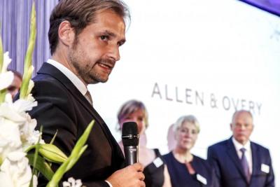 Jury-MItglied Andreas Kurz verliest die Laudatio der Jury